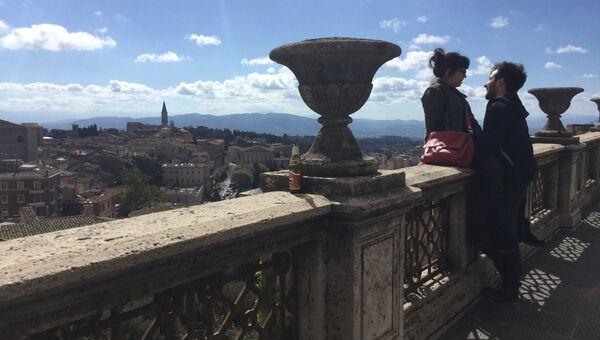 Туристы на смотровой площадке итальянской Перуджи
