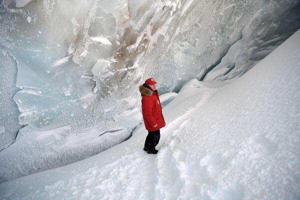 Владимир Путин во время посещения пещеры Ледника полярных летчиков на острове Земля Александры архипелага Земля Франца-Иосифа. 29 марта 2017