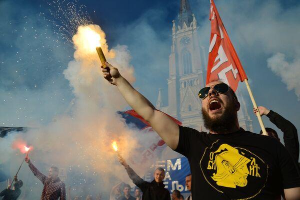 Участники митинга в поддержку кандидата в президенты Сербии Воислава Шешеля в Нови-Сад