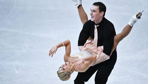 Алена Савченко и Бруно Массо выступают в короткой программе парного катания на чемпионате мира по фигурному катанию в Хельсинки