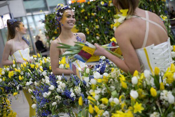 Модели с цветами на центральном вокзале в Утрехте, Нидерланды