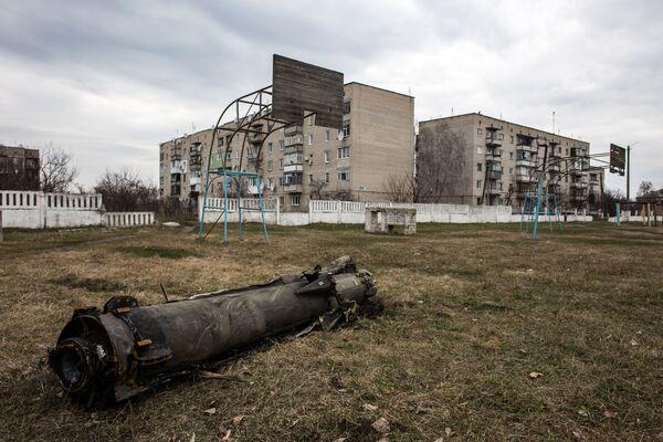 Останки сгоревшей ракеты во дворе жилого дома, пострадавшего в результате пожара на военных складах боеприпасов в Харьковской области