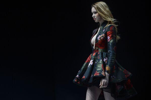 Модель представляет коллекцию бренда MUXU на неделе моды в Китае