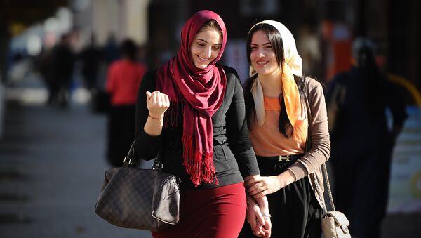 Девушки на одной из улиц в Грозном. Архивное фото