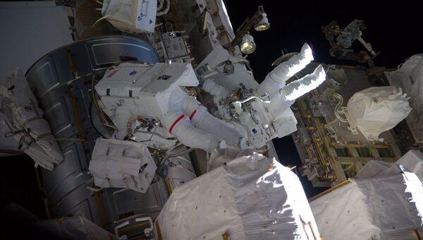 Астронавты НАСА Пегги Уитсон и Шейн Кимброу во время работы на внешней поверхности МКС. 30 марта 2017