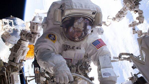 Астронавт НАСА Пегги Уитсон во время выхода в открытый космос. 29 марта 2017. Архивное фото
