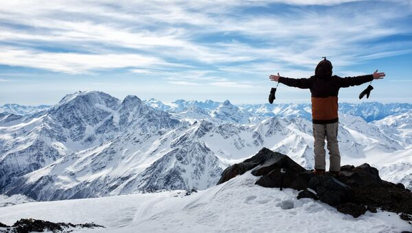 Турист на высоте 4400 метров в горах Эльбруса в Кабардино-Балкарии
