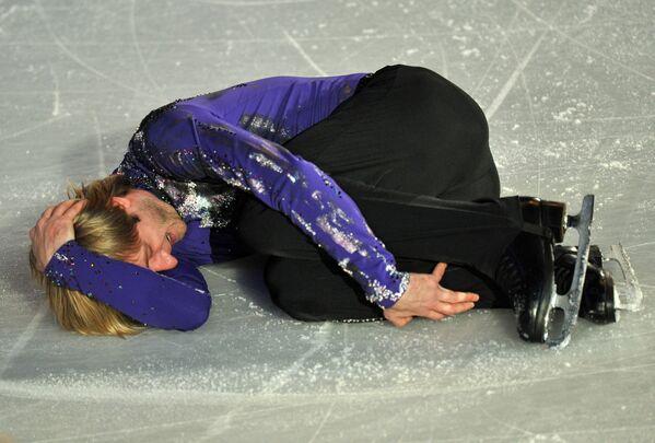 Российский фигурист Евгений Плющенко во время показательных выступлений на чемпионате Европы по фигурному катанию в Великобритании