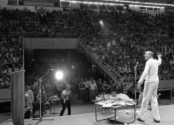Евгений Евтушенко во время выступления на авторском вечере в спорткомплеке Олимпийский. 1983 год