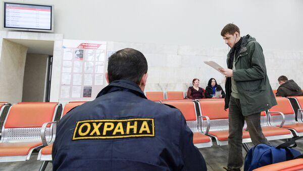 Актер Максим Фомин во время показа спектакля Разговоры беженцев на Ленинградском вокзале в Москве