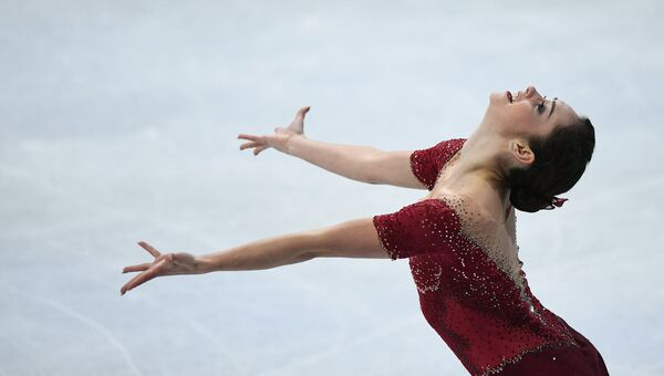 Кейтлин Осмонд выступает в произвольной программе женского одиночного катания на чемпионате мира по фигурному катанию в Хельсинки