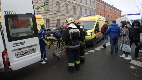 Эвакуация пострадавших в результате взрыва со станции метро Технологический институт в Санкт-Петербурге