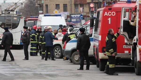 Сотрудники пожарной службы МЧС РФ у станции метро Технологический институт в Санкт-Петербурге