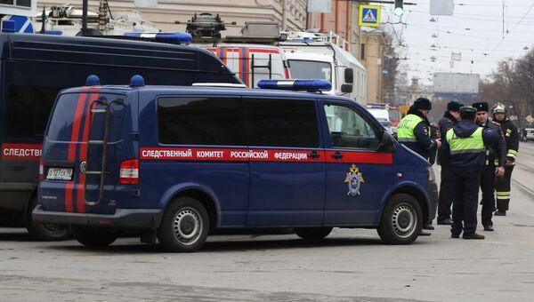 Сотрудники правоохранительных органов у станции метро Технологический институт в Санкт-Петербурге