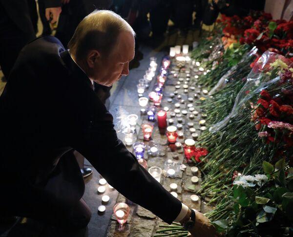 Президент РФ Владимир Путин во время возложения цветов у станции метро Технологический институт в Санкт-Петербурге