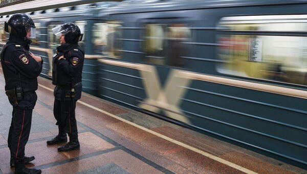 Сотрудники полиции в метро. Архивное фото