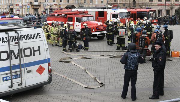 Сотрудники правоохранительных органов и пожарной службы МЧС РФ у станции метро Сенная площадь в Санкт-Петербурге. 4 апреля 2017