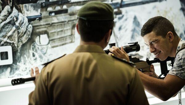 Посетитель пробует снайперскую винтовку во время выставки LAAD 2017 Defense and Security в Рио-де-Жанейро, Бразилия, 4 апреля 2017