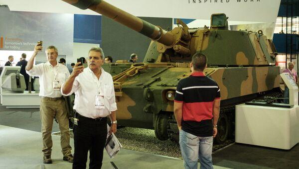 Посетители на выставке LAAD 2017 Defense and Security в Рио-де-Жанейро, Бразилия, 4 апреля 2017
