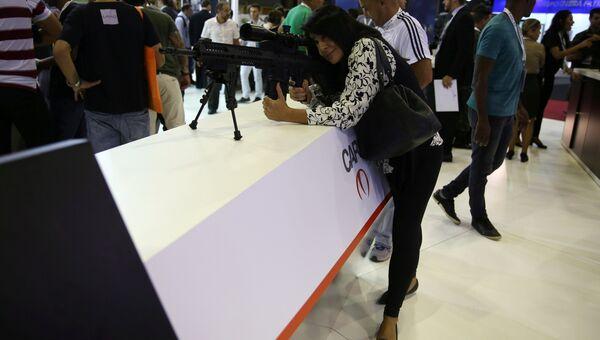 Посетитель на выставке LAAD 2017 Defense and Security в Рио-де-Жанейро, Бразилия, 4 апреля 2017