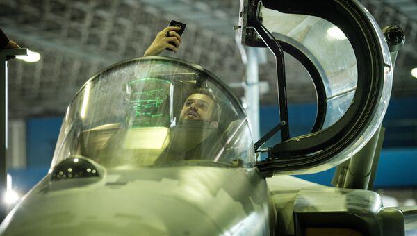 Кокпит шведского самолета-истребителя SAAB Gripen E во время выставки LAAD 2017 Defense and Security в Рио-де-Жанейро, Бразилия, 4 апреля 2017