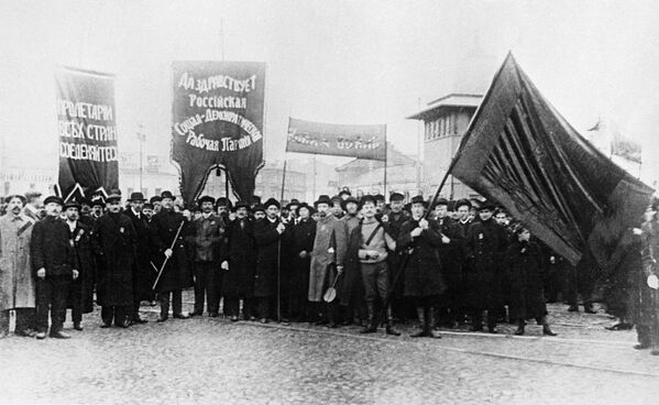 Рабочие Москвы на первомайской демонстрации. 1917 год