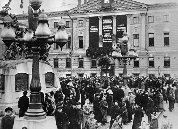 Участники Первомайской демонстрации на Скобелевской площади в Москве. 1917 год