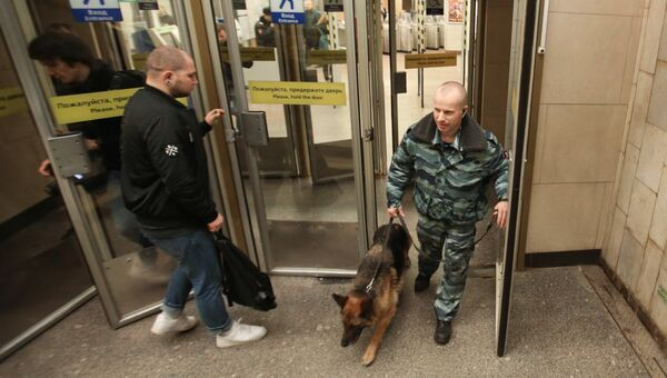 Сотрудник правоохранительных органов с собакой на станции Садовая в Санкт-Петербурге. Архивное фото