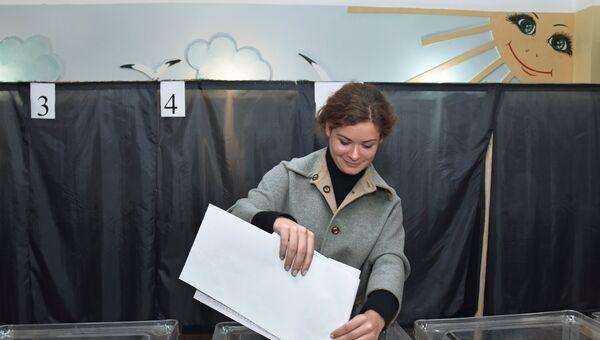 Политик Мария Гайдар на избирательном участке в Киеве во время выборов в органы местного самоуправления