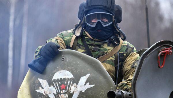 Участник совместных российско-белорусских учений тактических групп ВДВ в Витебской области Белоруссии
