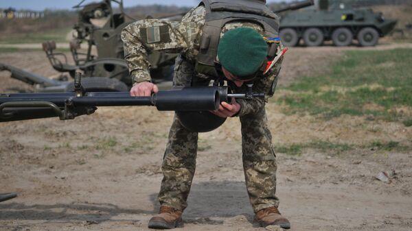 Украинский военный во время учений на полигоне под Львовом