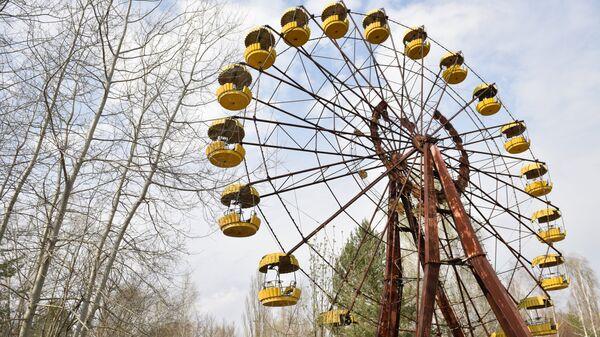 Колесо обозрения в заброшенном парке аттракционов на территории зоны отчуждения ЧАЭС. Архивное фото