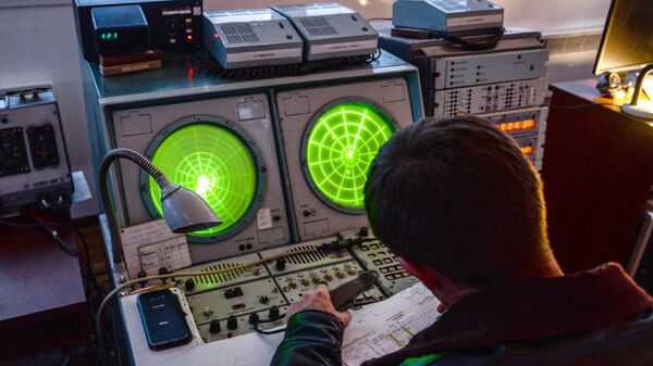 Военнослужащий за пультом во время летно-тактических учений на аэродроме Бутурлиновка Воронежской области