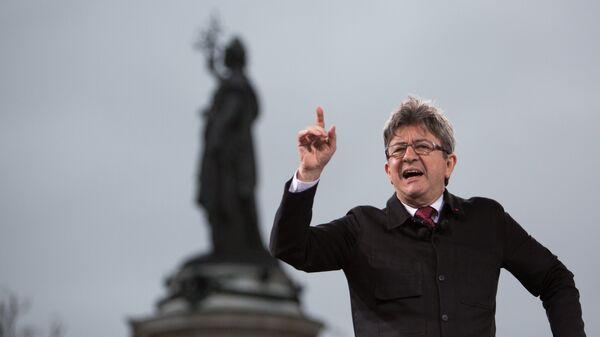 Кандидат в президенты Франции, лидер движения Непокорная Франция Жан-Люк Меланшон во время митинга в Париже