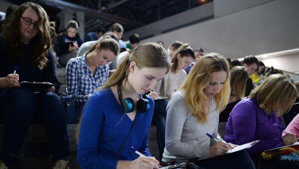 Участники ежегодной акции по проверке грамотности Тотальный диктант — 2017 в Москве