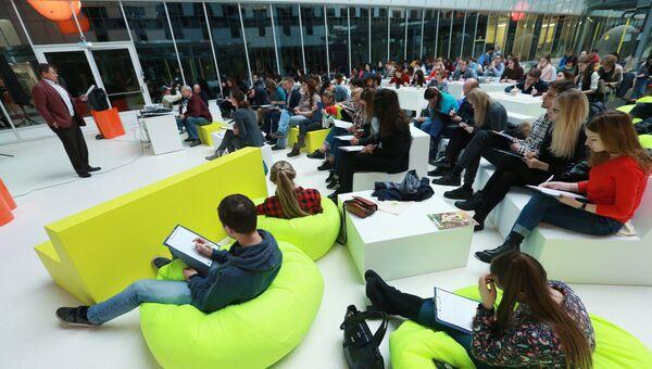 Участники ежегодной акции по проверке грамотности Тотальный диктант — 2017 в инновационном центре Сколково в Москве