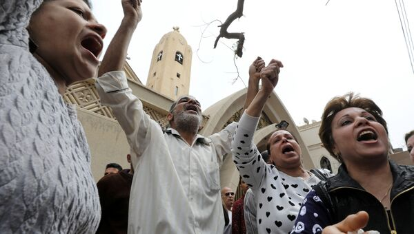 Люди у церкви в Танте, где произошел взры