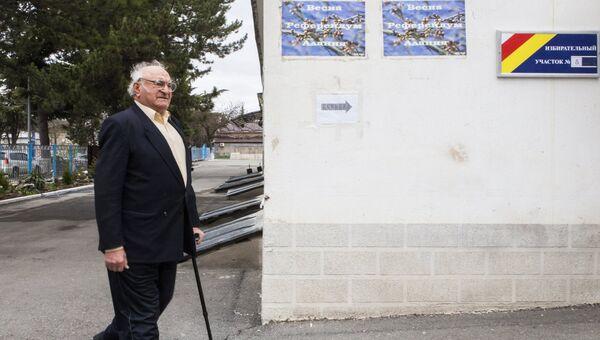 Житель Цхинвала у избирательного участка во время выборов президента Южной Осетии и референдума о переименовании республики в Государство Алания. 9 апреля 2017