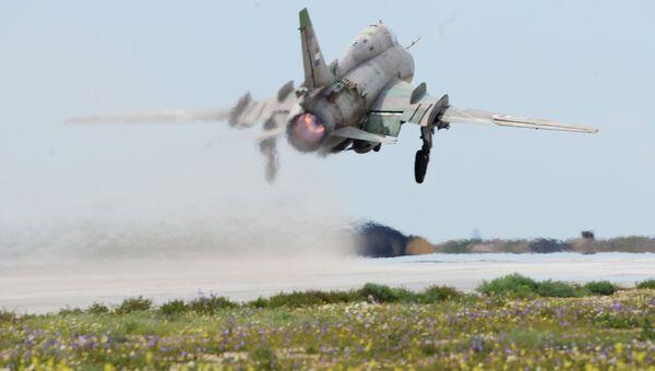 Самолет сирийских военно-воздушных сил на аэродроме Шайрат 8 апреля 2017. Сирийские ВВС возобновили вылеты с аэродрома спустя сутки после ракетного удара США