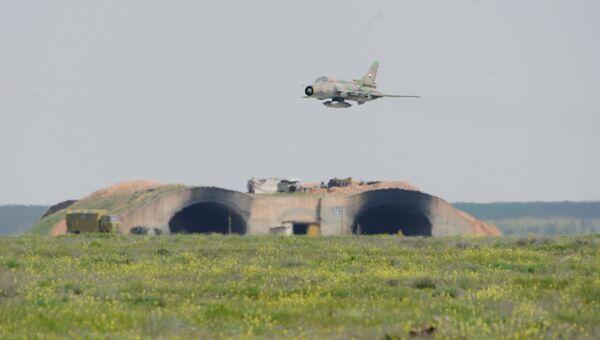 Самолет сирийских военно-воздушных сил над аэродромом Шайрат. 8 апреля 2017