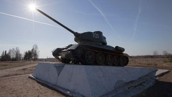 Отреставрированный танк Т-34-85 на постаменте, расположенном на территории мемориального комплекса Невский пятачок в Ленинградской области