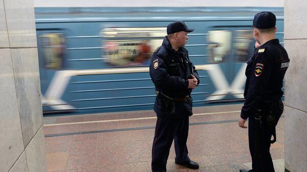 Сотрудники полиции на станции Московского метрополитена