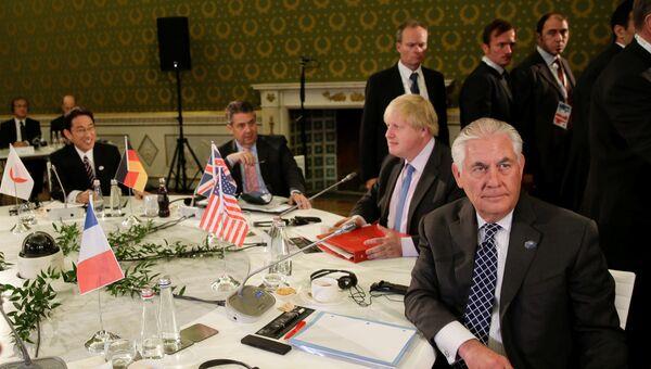 Министр иностранных дел Великобритании Борис Джонсон и государственный секретарь США Рекс Тиллерсон на саммите G7 в Лукке, Италия. 11 апреля 2017 года