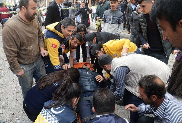 Аварийно-спасательная служба оказывает помощь пострадавшему во взрыве в Диярбакыре, Турция. 11 апреля 2017