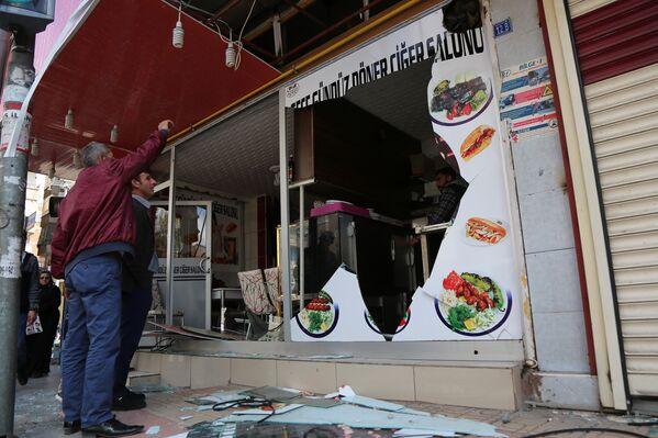 Поврежденная взрывом витрина в Диярбакыре, Турция. 11 апреля 2017