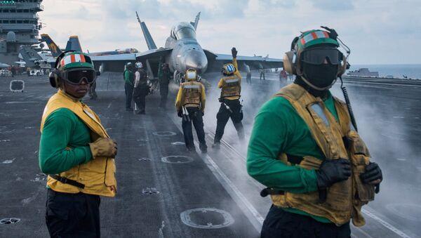 Военнослужащие на палубе авианосца ВМС США Карл Винсон в Южно-Китайском море. 8 апреля 2017