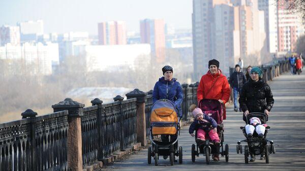 Местные жители гуляют на набережной реки Томь в Кемерово