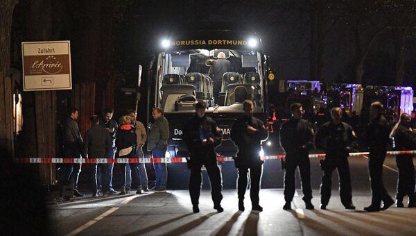 Полицейские у автобуса футбольного клуба Боруссия Дортмунд после взрыва перед матчем Лиги чемпионов. 11 апреля 2017