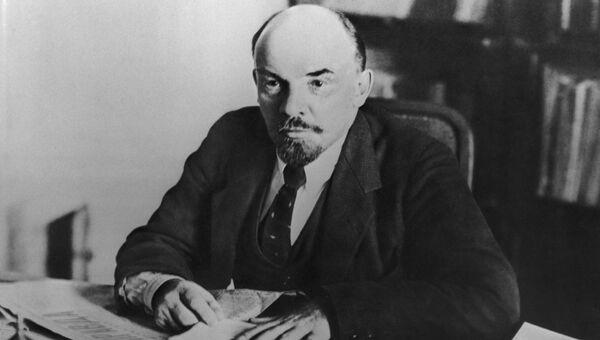 Владимир Ильич Ленин в своем кабинете в Кремле. Москва. 16 октября 1918