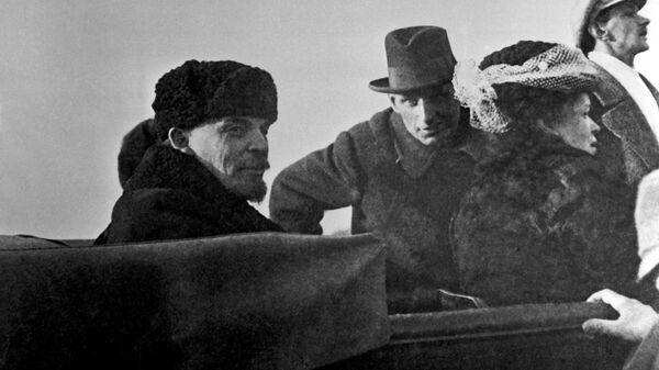 Владимир Ильич Ленин и Мария Ильинична Ульянова в автомашине после парада частей Красной Армии на Ходынском поле. 1 мая 1918 год